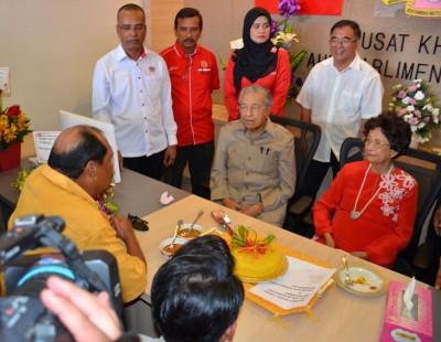 敦马哈迪夫妇巡视浮罗交怡国会选区服务中心时,宣布将游客在浮罗交怡购买免税物品限额的500令吉,提高至1000令吉。