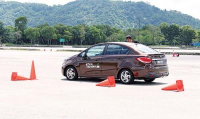 参赛者在安排的测试环节测试轿车的安全性能。