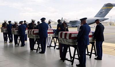 棺木由运送机运抵夏威夷。(法新社照片)