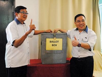 林海顺和陈诠峰拿选票投下。
