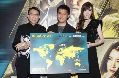 《欧洲攻略》16日晚在香港铜锣湾时代广场举行首映礼,导演马楚成(左)与男女主角梁朝伟和唐嫣一起现身为电影宣传。