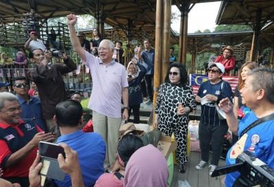 纳吉与罗斯玛一早到湖滨植物园与支持者共度国庆日,振臂高呼向出席者发表谈话。(图自拉萨卡查理)
