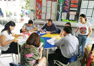 槟华小学教务处,家长们为准备报读明年一年级班的子女,填写入学复准手续。