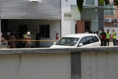 机械装置厂发生爆炸,警方及消拯员随后赶抵调查。