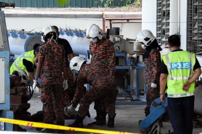 消拯人员准备把死者遗体抬离。