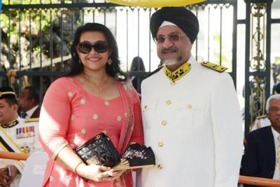 佳日星(右)戴着锡克族传统头巾出席议会开幕礼,旁为其夫人陪同。