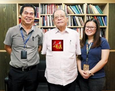 林吉祥接受《光华日报》访问后,副新闻主任(中南马)吴国平(左起)与新闻组组长赖洁敏合照。