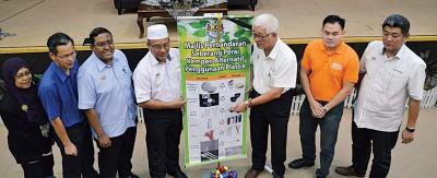 彭文宝(右3)为活动主持开幕仪式,鼓励民众使用塑料替代品。左4为罗查理。