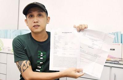 阮民钦向记者展示报案纸。