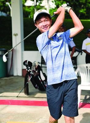 由于马运会即将到来,张泽轩每天都会前来训练,有时候一待就是一天。热爱高尔夫球的他,也为此次比赛展延其升学计划,直至比赛后才再度继续学业。