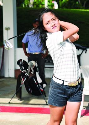"""14岁的陈彦伶是团队最轻的选手,她在去年全国学联高尔夫球赛夺得15岁以下冠军,""""打高尔夫球是我的爱好,我并不会觉得这是一项苦差。"""""""