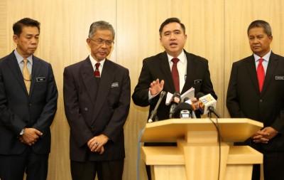 陆兆福(左3)由凯鲁阿迪(左起)、卡马鲁丁嘉及沙里布丁陪同,捎来双节大礼。