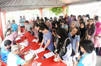 """班台惹雅州选区""""黄金妈妈""""援助金分发日,前往领取这项援助金者众多。"""