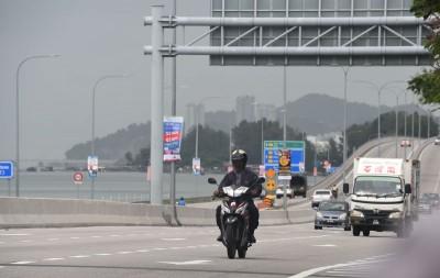 槟岛空气污染指数虽在中等水平,不过上午仍旧濛濛一片。