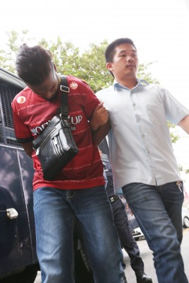 被告莫哈末阿斯拉被押往法庭面控,认罪监禁12年与罚款1万令吉。