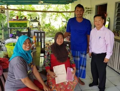 郑成泉(右1)探访昨日中午翻摩托车的孕妇(左2)。右2是孕妇的丈夫。