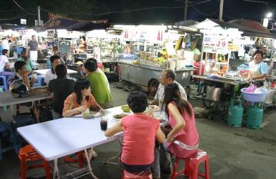 槟城街头巷尾,不同肤色食客坐在一起,品尝不同风味美食。