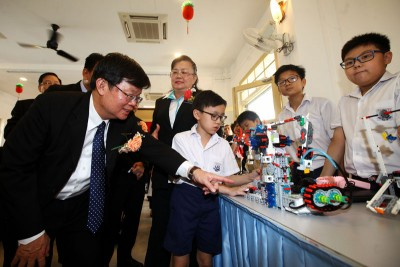 出席协和学校90庆典,曹观友参观学生们所制作的科学工艺品。