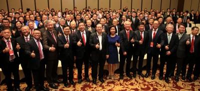 众嘉宾一起竖起拇指,合照留念。
