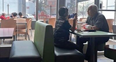 爷孙俩面对面坐着,也未曾交流。