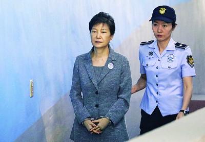 朴槿惠因纵容闺蜜干政,同时被揭贪污渎职、官商勾结等被弹劾下台。 (法新社照片)