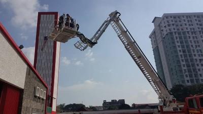 海卡在父亲和沙顿等陪同下登上云梯,升至3楼高度以体验高空救火任务。