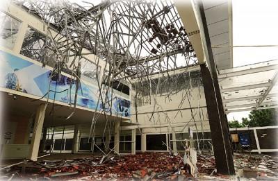 峇里岛首府登巴萨一家商店严重损毁,满地瓦砾。(法新社照片)