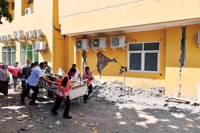 马塔兰最大医院的病人被疏散到户外。(法新社照片)