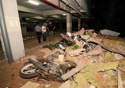许多民宅倒塌,摩托车亦被压毁。(法新社照片)