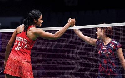 奥原希望(右)落败后与辛杜握手。