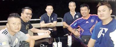 竞技小组领导高石山(右2)以议会后同组员合影,另为秘书李伍辉(左2)。