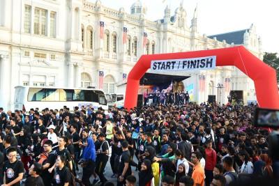 逾2500名的参赛者在旗子挥下后浩浩荡荡出发。