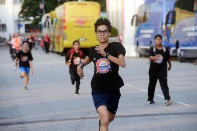 这名青年参赛者落力的跑出属于自己的一场爱国跑。