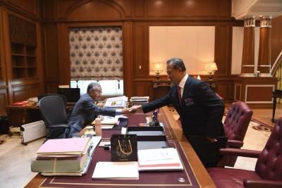 慕尤丁(右起)重回内阁,并与马哈迪会面。