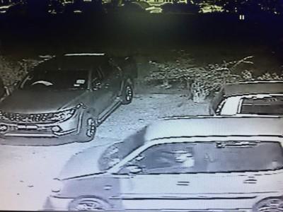 闭路电视拍摄所见,大耳窿乘坐银色金丝雀轿车。