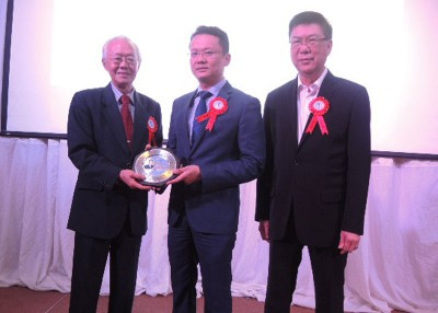 槟城旅业公会与马来西亚中小型酒店公会槟城分会庆祝61周年和13周年纪念联欢宴会,希冀为分会主席拿督林民利赠送纪念品予槟州首席部长代表杨顺兴行政议员。