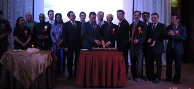 槟城旅业公会与马来西亚中小型酒店公会槟城分会切周年纪念喜糕仪式。