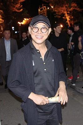 李连杰笑容满面,气色不错。