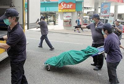 相关人员移走死者遗体。