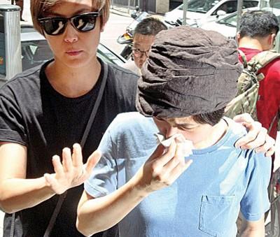 何韵诗(左)偕卢凯彤 助理到场,助理哭成泪人。