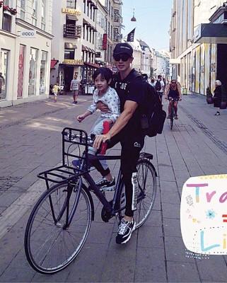 吴尊与家人至哥本哈根游玩,并晒出家人骑脚车的照片。