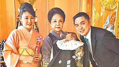麻衣(左起)曾与母亲、丈夫王泉仁携儿赴日本神社祈福。