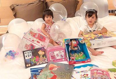 咘咘(右)过3年生日收到超多礼物,边的Bo妞满脸惊奇。