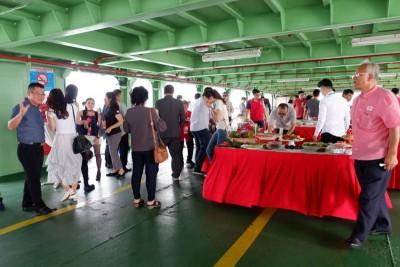 槟州中华总商会在渡轮上设自助餐招待,让商会代表们边吹海风,边享用美食,一睹槟城美丽的风景,逍遥自在。
