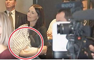 艾德恩当记者会上喂母乳(红圈示),经过被电视台拍下。