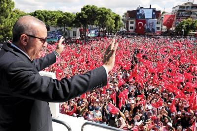 埃尔多安发表演说,呼吁国民放心。(法新社照片)