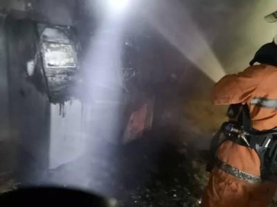 消拯员朝灾场灭火。