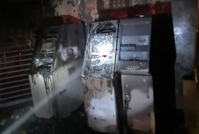 两台自助付款机被烧毁。