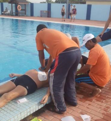 救生员以心脏除颤器为死者施救。