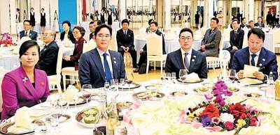 玄松月(左起)、李在镕、具有光谟以及崔泰源联合上晚餐。